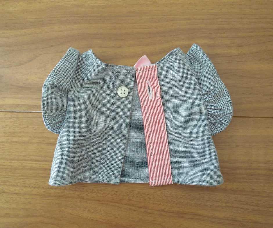 手縫いのドール服(後ろ)