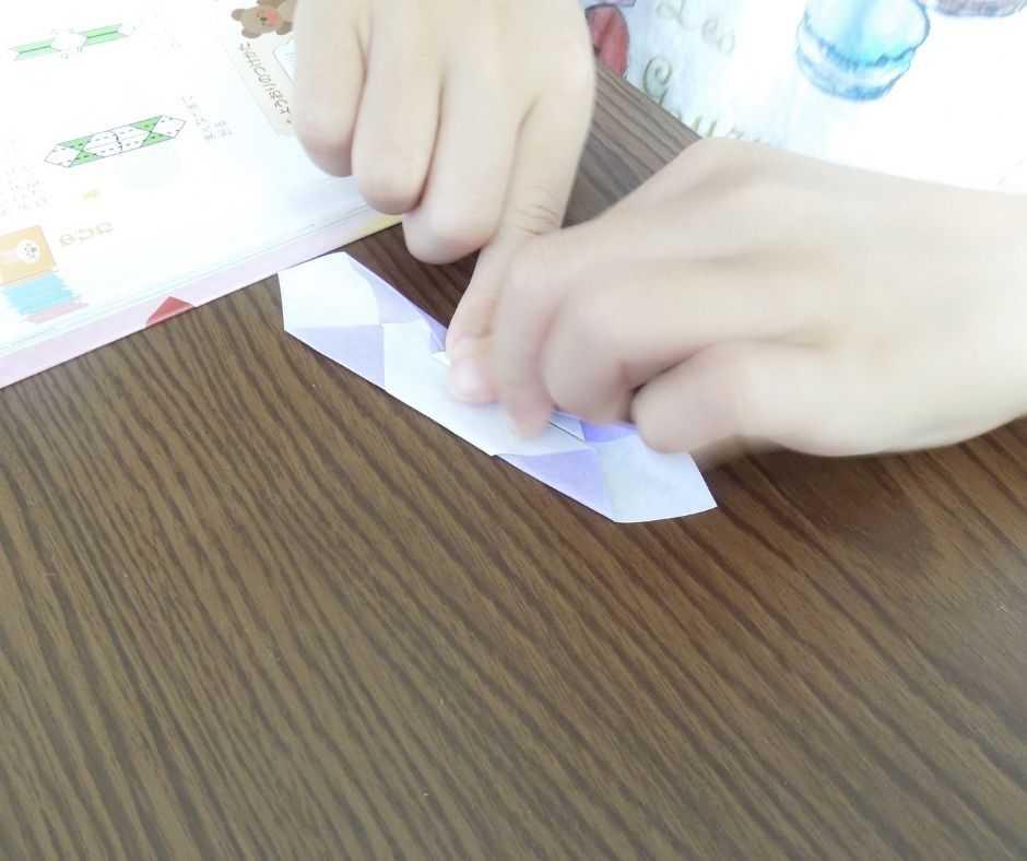 折り紙をする子供