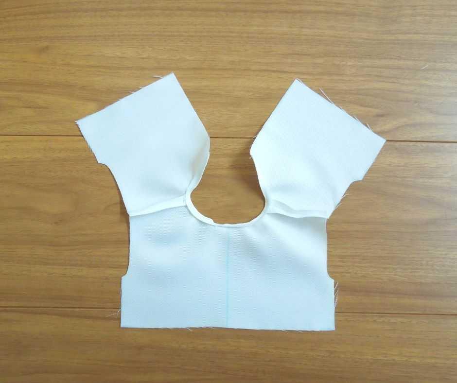 襟ぐりを縫う