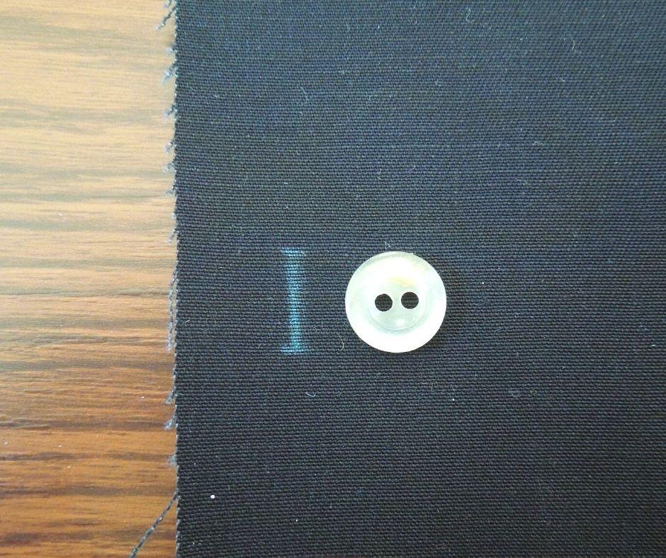 ボタンホールを付ける位置に印をつける