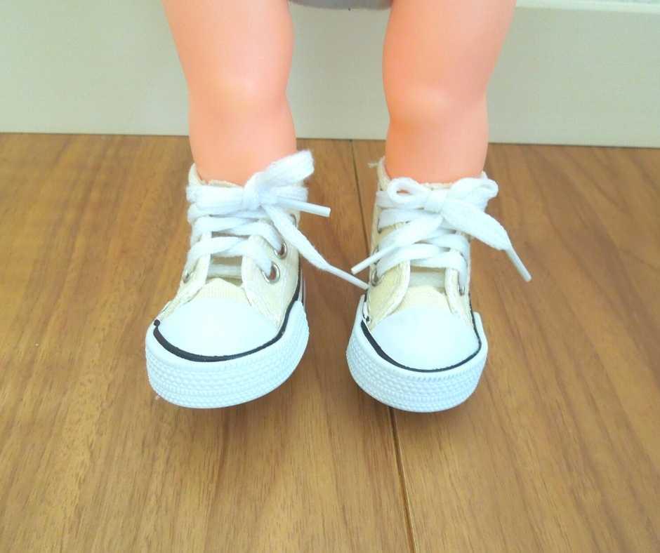 100均スニーカーを履いたメルちゃんの足