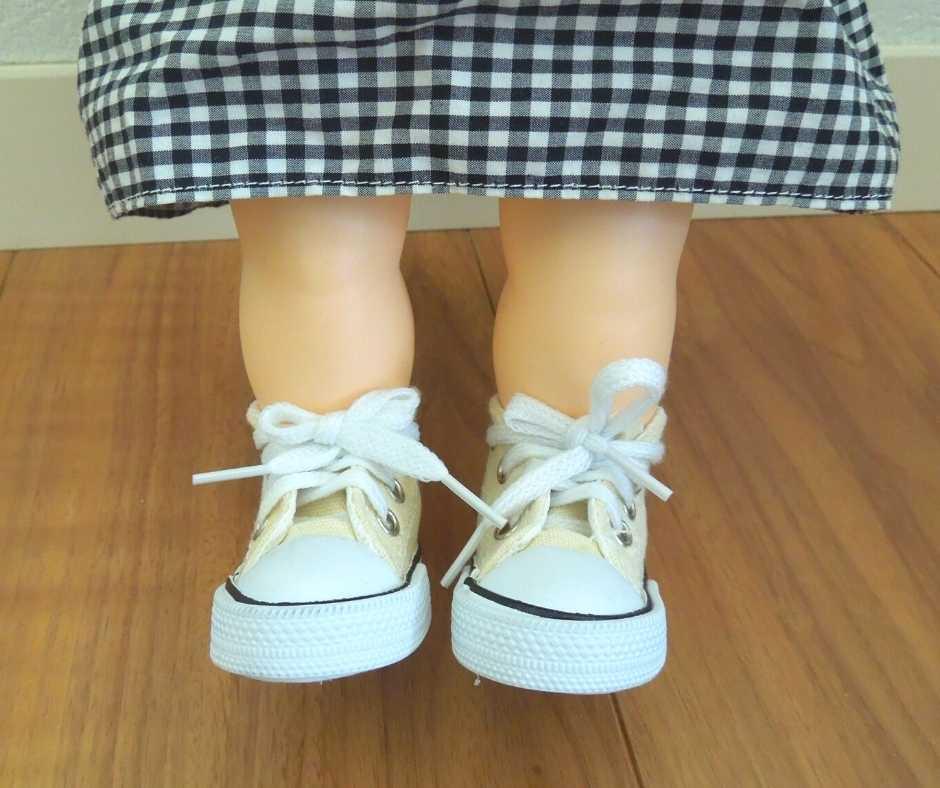 100均スニーカーを履いたぽぽちゃんの足