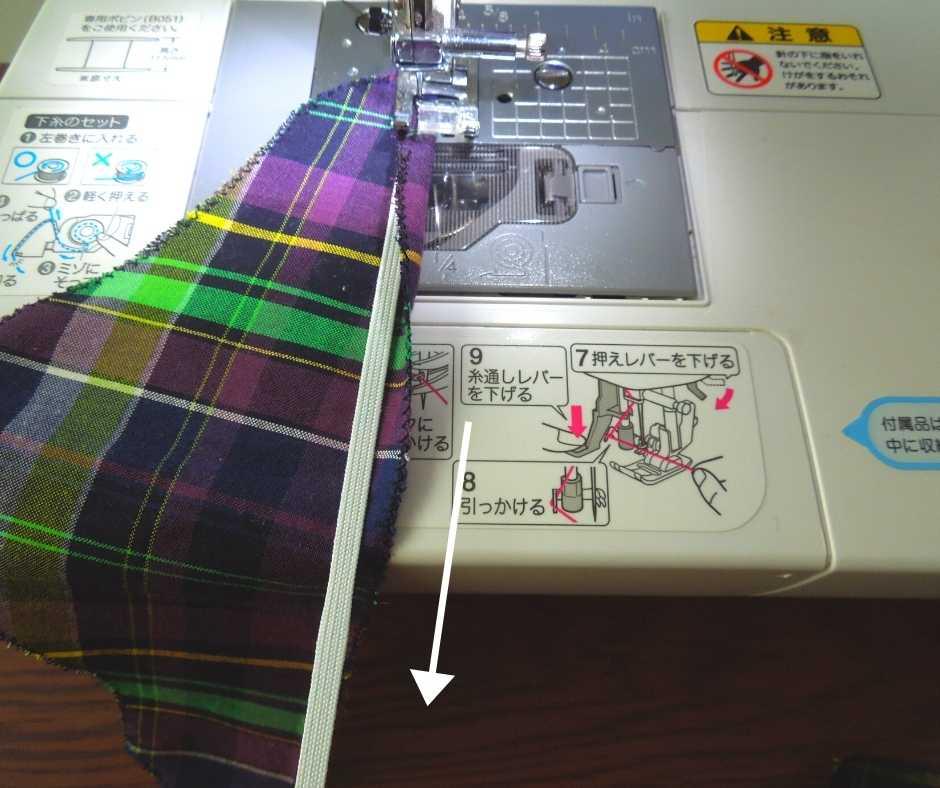 ゴムを引っ張りながら縫う