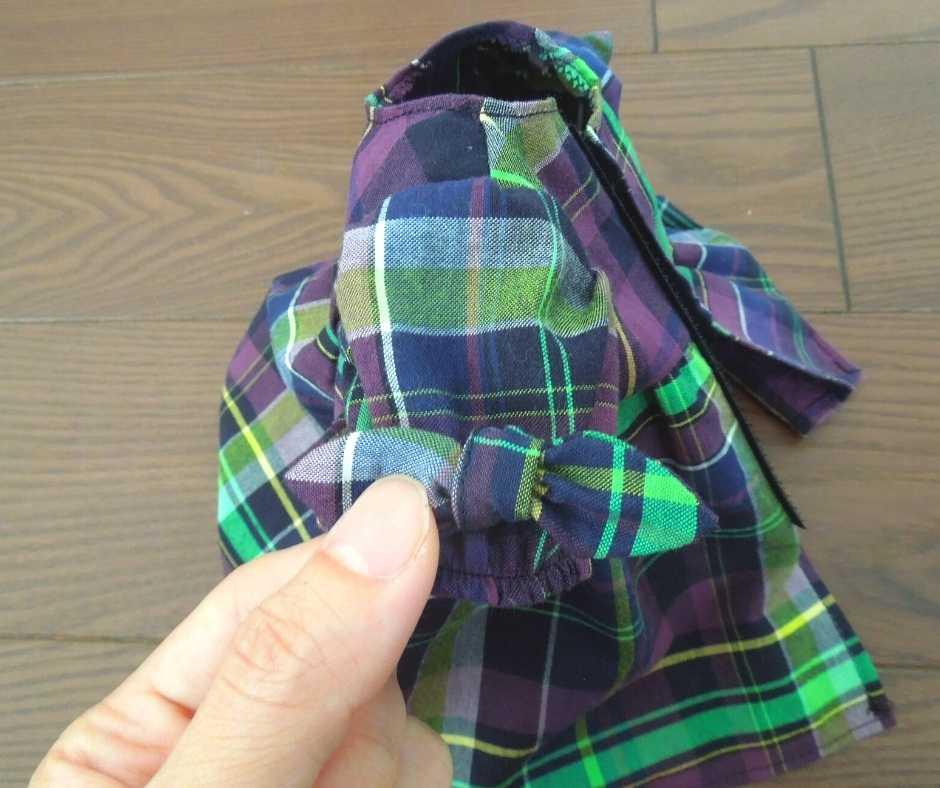 袖口にリボンを縫い付ける