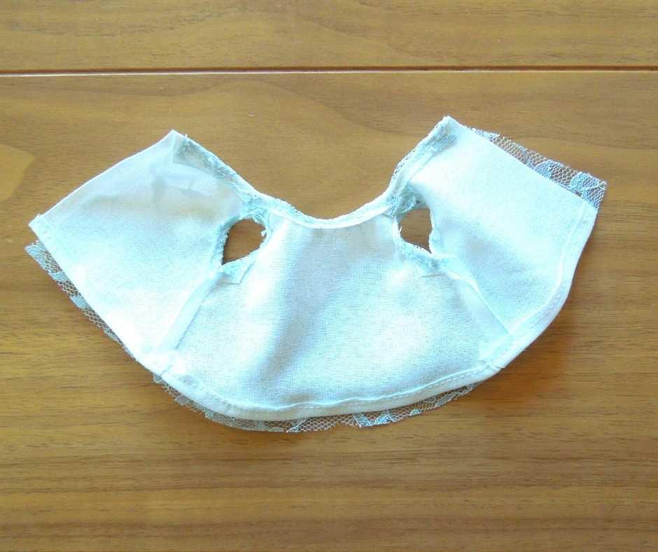 イーマリーサイズのノースリーブワンピース スカートの裾を縫う