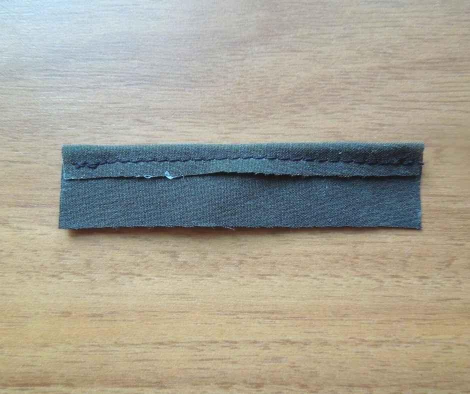 イーマリーサイズ 肩フリルワンピース 後ろ身頃の縫いしろを押さえる