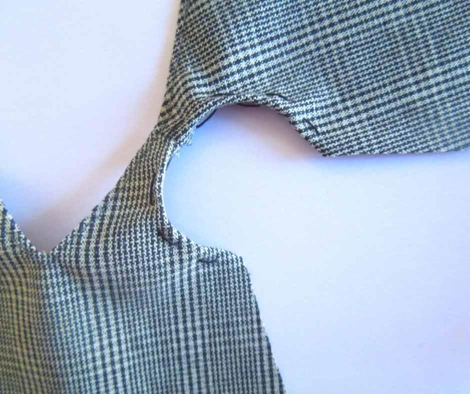 袖ぐりの縫いしろを折って仮縫いする