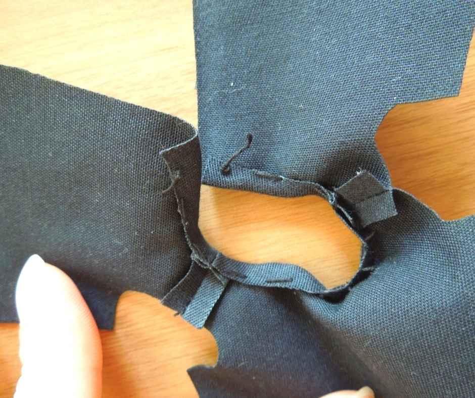 襟ぐりの縫いしろを処理する