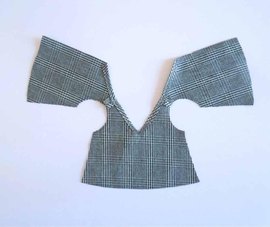 襟ぐりの縫いしろを縫う