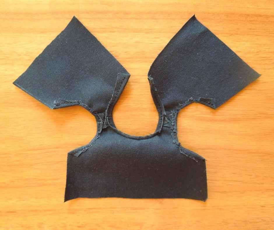 袖ぐりを縫う