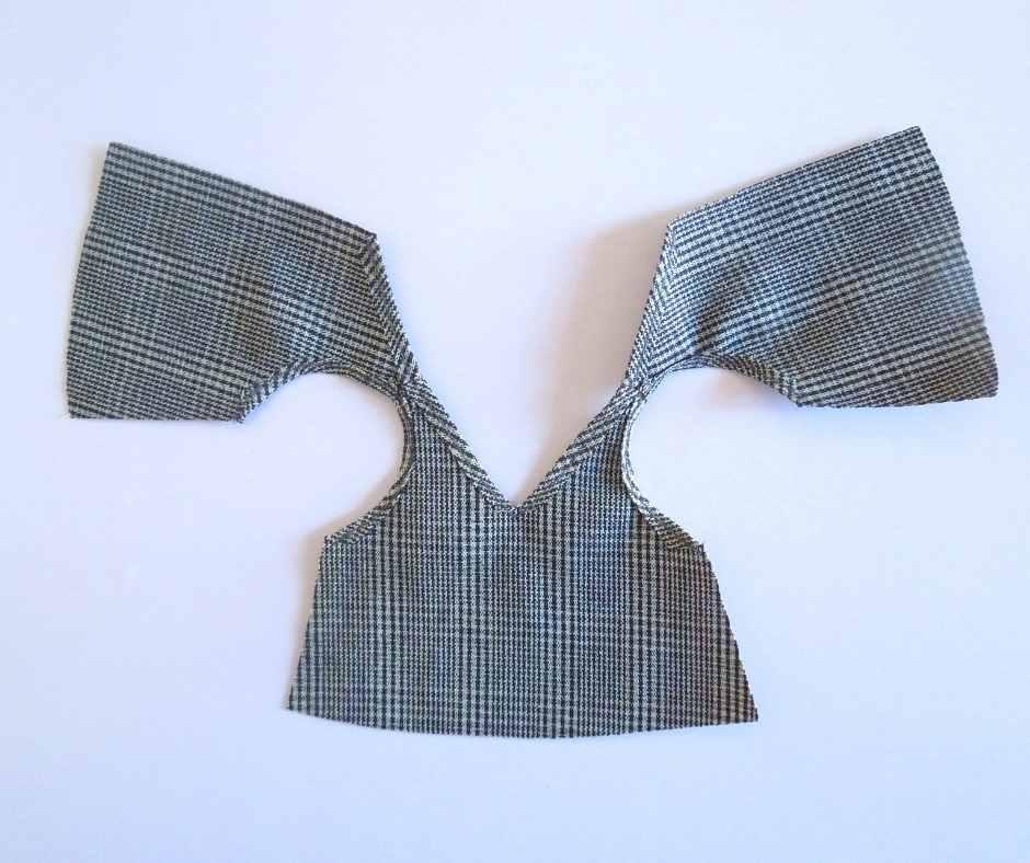 袖ぐりの縫いしろを縫う